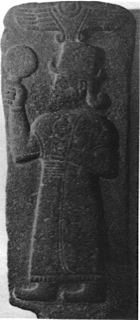 Dea in basalto con uno specchio nella mano destra. Nord della Siria fra il 1000 e il 700 a.c
